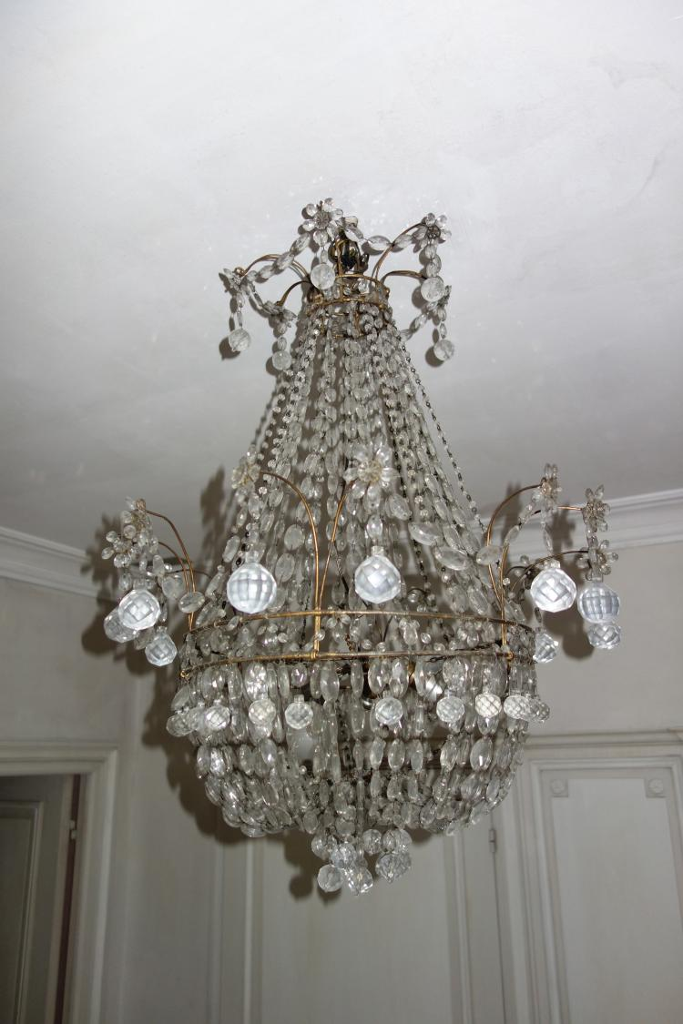 Un lustre mongolfi re en bronze et guirlandes de pampilles d - Lustre pampilles cristal ...