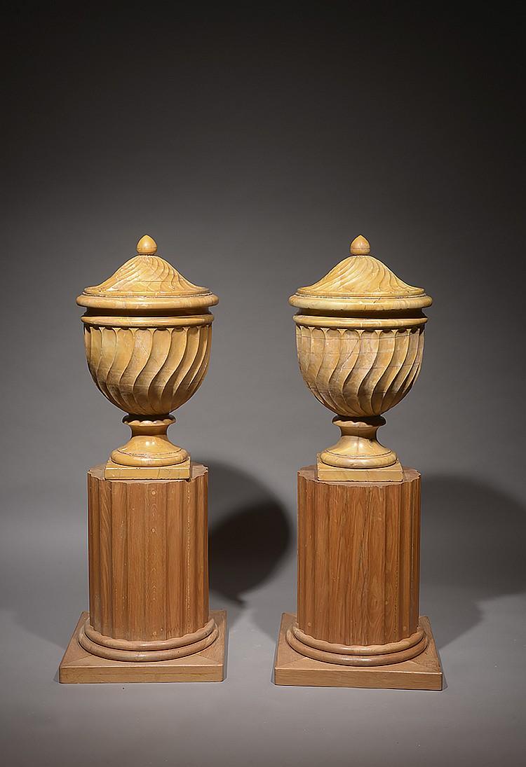 Paire d' urnes couvertes en marbre jaune