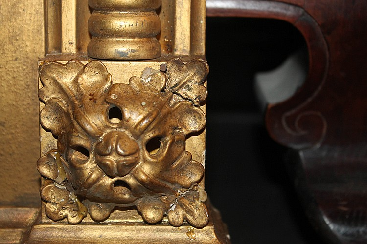 miroir dans un encadrement en bois dore