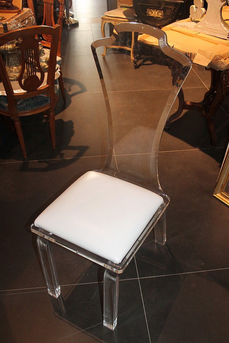 Une chaise en plexiglas for Chaise en plexiglass