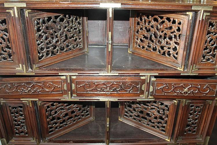 Petit cabinet en bois exotique