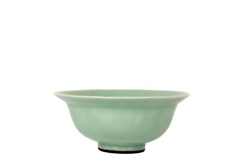 Qing Yongzheng Dyansty green glaze dark carved lotus bowl