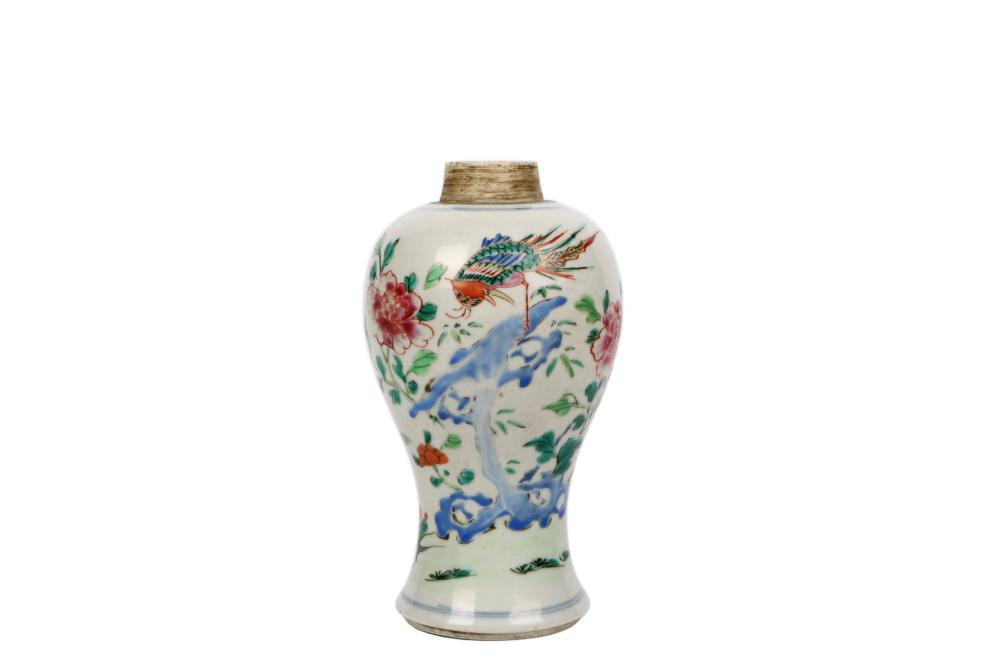 Qing Yongzheng color painted porcelain vase
