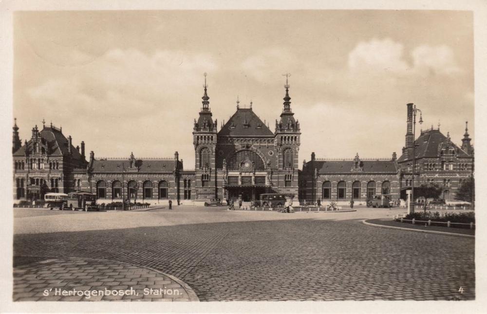 PAYS-BAS. Environ 240 cartes postales, époques diverses