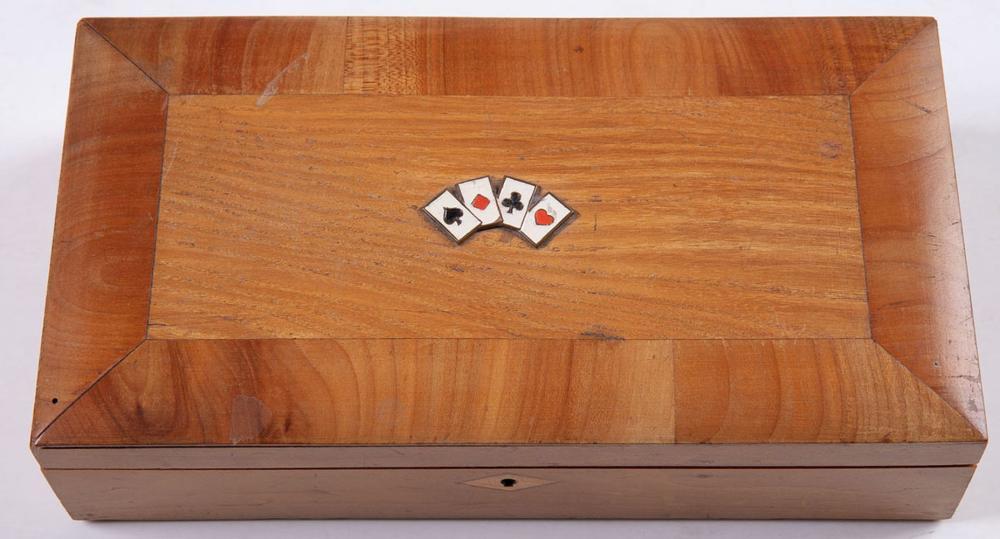 BOÎTE À JEUX en bois compartimentée en cinq parties, le