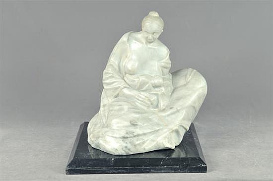 Anónimo. (Maternidad) Escultura elaborada en alabastro. Diseño con base cuadrangular de mármol.