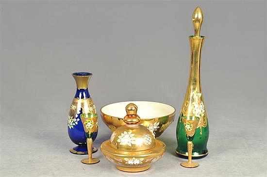 Lote de cristalería. De Bohemia y Murano. Diseños esmaltados en dorado. Con motivos flores. Piezas: 6