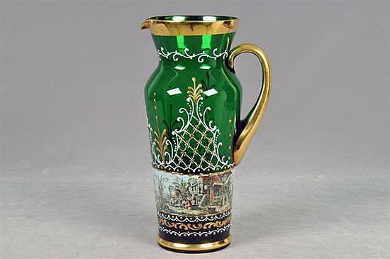 Jarra. Elaborada en cristal de Murano, color verde. Diseño esmaltado en dorado y blanco. Decorada con escenas costumbristas.