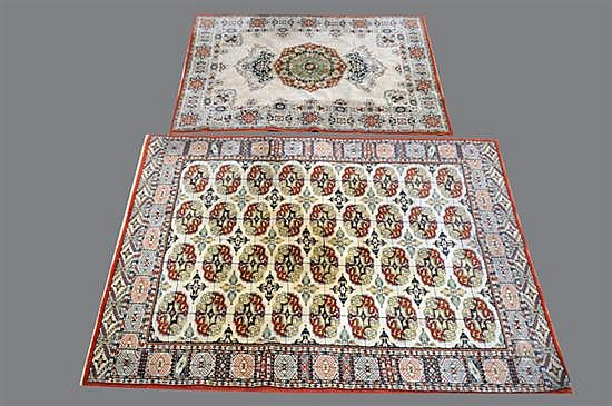 Lote de alfombras persas. Elaboradas en lana. Diseño con flequillos. Consta de: a) Estilo Boukhara.  b) Estilo Qum. Piezas: 2