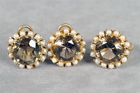 Juego de anillo y par de aretes. Medida 51/2. Elaborado en oro amarillo de 14k. Diseño con cuarzo ahumado y perlas. Piezas: 2