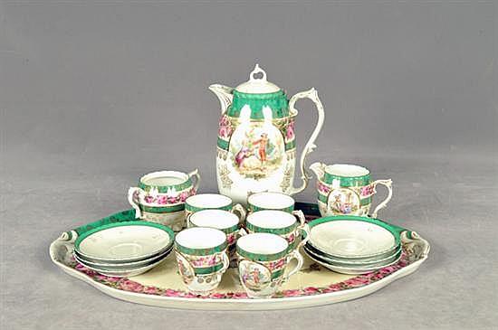 Juego de té. En porcelana policromada. Diseño con bordes esmaltados en dorado. Con escenas galantes y detalles florales. Piezas: 16