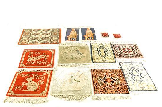 Lote de alfombras chinas. Elaboradas en a máquina. Diferentes tamaños. Diseños con flequillos. Piezas: 13