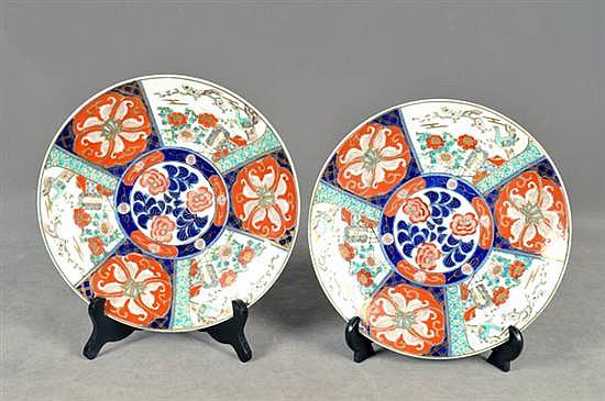 Par de platones decorativos. Estilo Imari. En porcelana policromada. Diseño circular. Decorados con detalles florales y aves. Piezas: 2