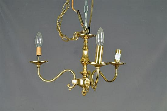 Candil. Elaborado en latón dorado. Electrificado para 3 luces. Diseño con tres brazos y arandelas. Presenta ligero faltante.