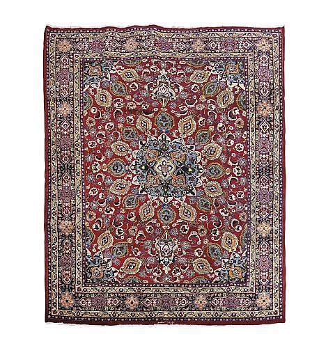 Alfombra iraní. Estilo Kashmir. En lana, anudada a mano. Decoración floral, vegetal, roleos y borde de tres bandas, en rojo y marfil.