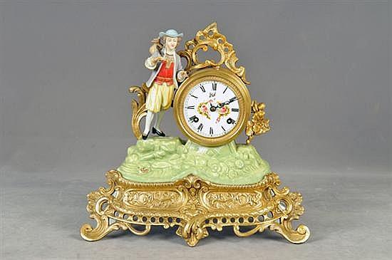 Reloj de mesa. Origen italiano. Marca Wal. En metal dorado y pasta policromada. Mecanismo de cuerda, sin llave. Media sonería.