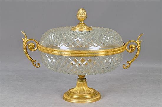 Bombonera. Origen checoslovaco. Elaborada en metal y cristal. Diseño diamantado con asas laterales y pináculo.