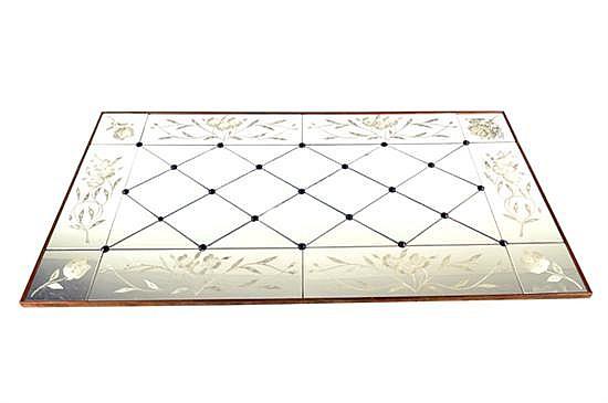 Espejo. Origen italiano. Marco de metal. Diseño reticulado y romboidal. Decorado con motivos florales.