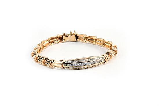 Pulsera con Diamantes en Oro de 14k, con eslabones cónicos festoneados, placa central en navecilla, con 3 hileras de diamantes...