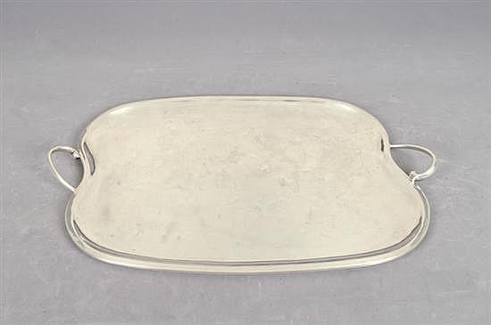 Charola. Origen Mexicana. En plata Sterling 0.925. Sellada JLR. Diseño mixtilineo, con doble asa. Detalles de conservación.