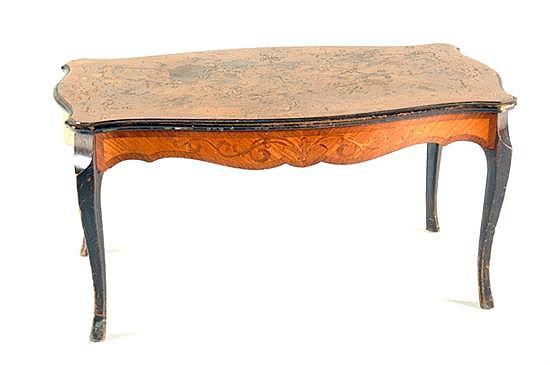 Mesa de centro. Elaborada en madera tallada y pirograbada. Diseño ondulado. Decorado con motivos vegetales. Presenta detalles.