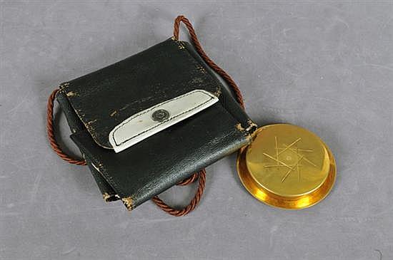 Píxide. Elaborada en metal con baño de oro, incluye faltriquera de piel. Decorada con motivos lineales. Presenta detalles de conservaci