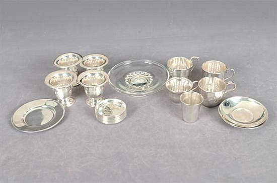 Lote de plata. Origen mexicana. En plata Sterling 0.925. Diferentes diseños. Consta: a) Cuatro tazas. b) 5 copas. c) 4 platos. etc. 25p