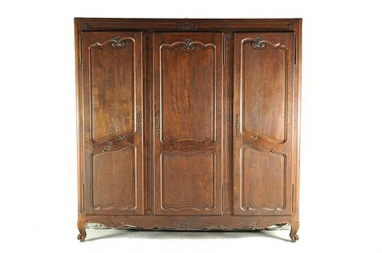 Armario estilo Luis XV. Madera tallada. Decoración tablerada irregular, con veneras y florones. Con 3 puertas con cerradura. Marcas.