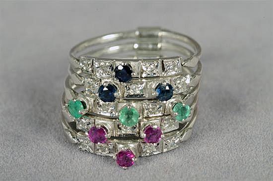 Semanario para dama. Medida 8. Elaborado en paladio. Diseño con esmeraldas, rubíes y zafiros en corte redondo. 7.2 grs.