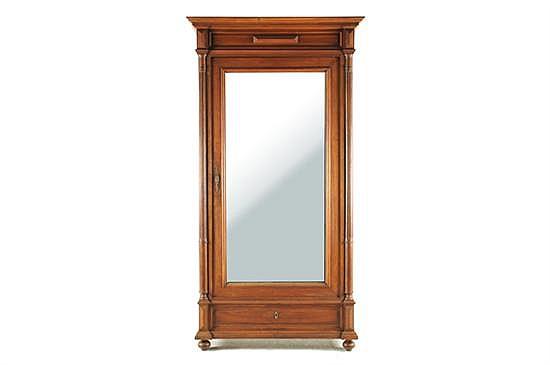 Armario Enrique II. Madera tallada. Una puerta con espejo biselado y cajón con cerraduras. Decoración tablerada y columnas estriadas.