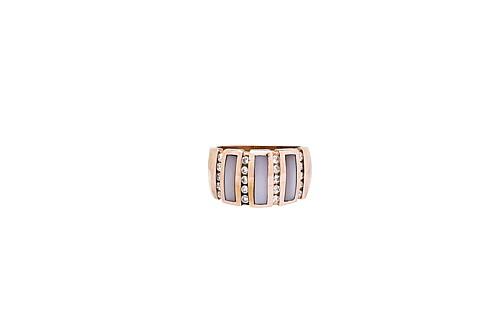 ANILLO CON MADREPERLA Y DIAMANTES EN ORO AMARILLO DE 14K. 20 Diamante corte brillante ~0.40ct  Peso: 10.4grs