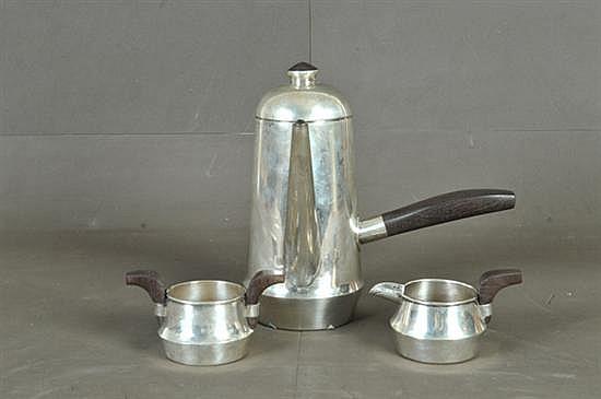 Juego de té. Diseño de William Spratling (E.U.A., 1900-1967) Elaborado en plata sterling 0.925 g. con mangos de madera. Consta de: Tete