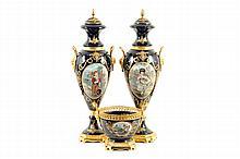 Par de tibores y centro de mesa. En porcelana tipo Sevrès, color azul cobalto. Con aplicaciones de metal dorado. Piezas: 3