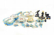 Lote de artículos decorativos miniatura. Origen francés. En porcelana Limoges. Con esmalte dorado. Con motivos vegetales. Piezas: 29