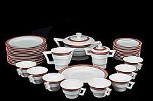 Juego pastelero y servicio para café. Origen portugués. En porcelana V.A. Con bordes color rojo y negro. Servicio para 12 personas.
