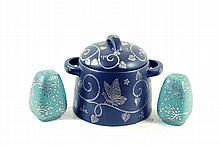Vasija y par de saleros. Origen mexicano. En cerámica, color negro y verde. Diseño de Emilia Castillo. Consta de: vasija, otros.