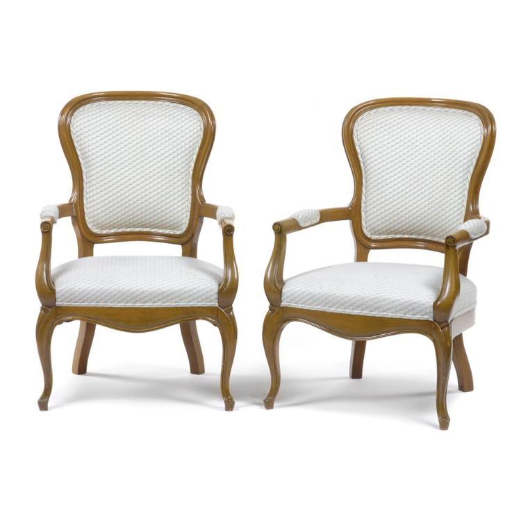 Par de sillones siglo xx elaborados en madera tallada con for Sillones de madera
