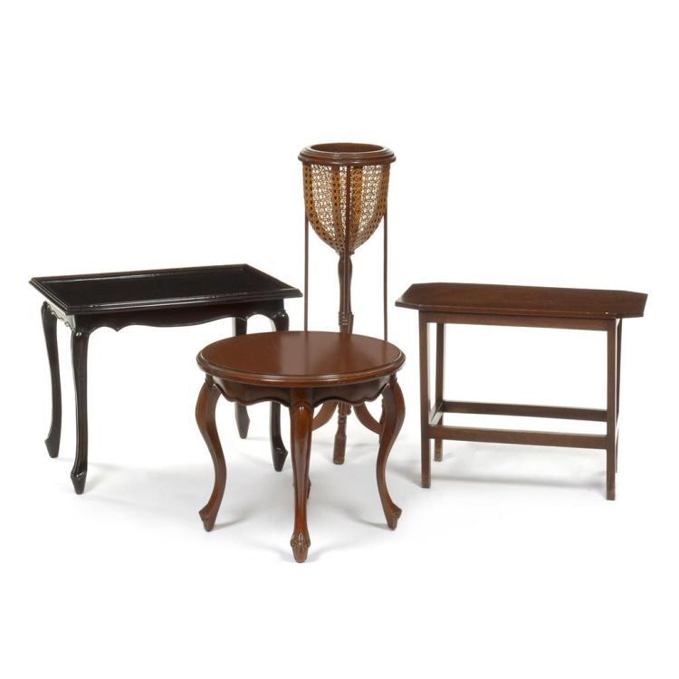 Lote de muebles siglo xx elaborados en madera tallada con for Lote de muebles