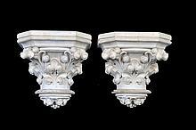 Par de soportes. En yeso. Diseño a manera de capitel corintio. Decorados con hojas de acanto. Piezas: 2