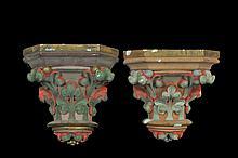 Par de soportes. En yeso. Diseño a manera de capitel corintio, policromado. Decorados con hojas de acanto. Piezas: 2