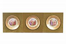 Lote de platos decorativos. En porcelana Angelica Kauffman. Con esmalte dorado. Decorados con escenas mitológicas. Piezas: 3