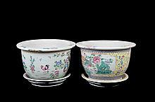 Par de macetones. Origen chino. En porcelana policromada. Decorados con motivos vegetales, pájaros y cenefa geométrica. Piezas: 2