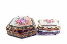Par de cajas. Origen francés. En porcelana Limoges y Sèvres. Con esmalte dorado y aplicaciones de metal. Con motivos florales.