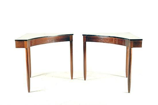 Par de mesas esquineras. Elaboradas en madera tallada, con forma semicircular. Presentan manchas en superficie superior y marcas. 2 pz.