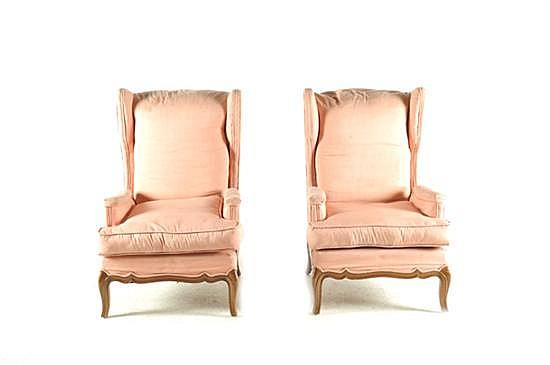 2 sillones. Tipo Bergère, estilo francés. Elaborados en madera con tapiz rosa. Presentan desgaste y manchas. Total de piezas: 2.
