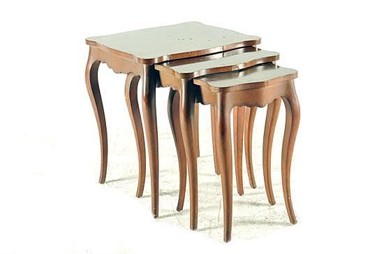 3 mesas nido. Estilo francés. Madera tallada y enchapada a pluma. Presentan marcas, raspones y faltantes. 3 piezas.