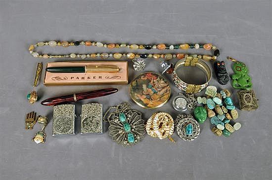 Lote de bisutería. Diferentes tamaños y diseños. Consta de: collares, aretes, dijes, encendedores, pulseras, anillos, etc. 83 piezas.