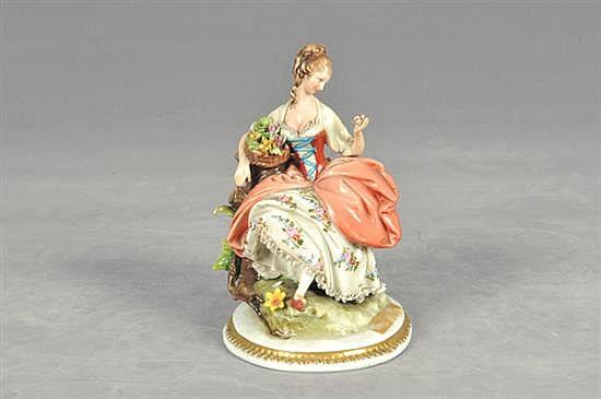 Figura de campesina con flores. Origen italiano. En porcelana policromada King, acabado brillante. Diseño con esmaltado. Motivo floral.