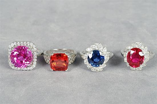 Cuatro anillos. Medidas 6 1/4, 7 y 7 1/2. En plata 0.925. Diseño con zafiros, rubí sintéticos y simulantes. Gramos 19.7 g.