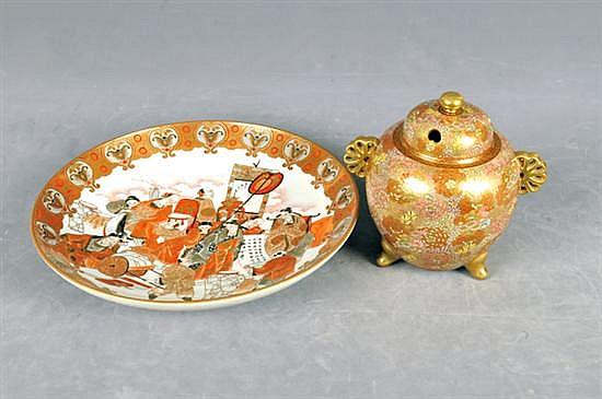 Platón e incensario satsuma. En porcelana y cerámica, policomado y emaltado. Diseño oriental. Decorado con escena de viaje y florales.